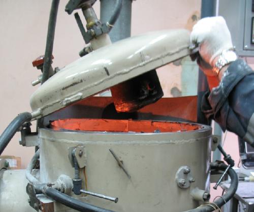Процесс разгрузки печи Sm2O3